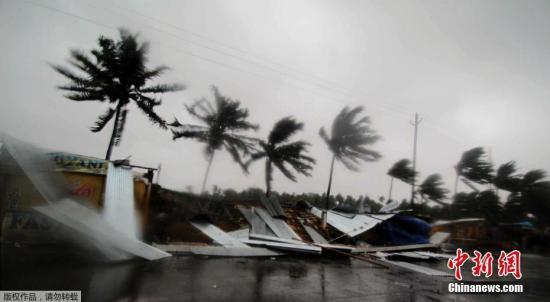 """资料图:热带气旋""""法尼""""登陆印度,当地狂风大作暴雨倾盆。"""
