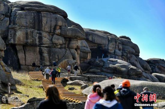 资料图:新疆吉木乃县草原石城国家地质公园迎客。中新社记者 刘新 摄