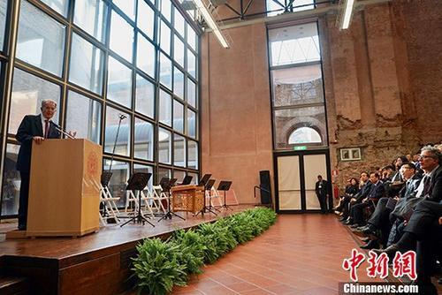 """当地时间5月2日晚,意大利博洛尼亚大学孔子学院举行成立十周年庆典。欧委会前主席、意大利前总理普罗迪,中国驻意大利大使李瑞宇,博洛尼亚大学校长乌伯蒂尼,中国人民大学副校长杜鹏等出席庆典。普罗迪在致辞中表示,博洛尼亚大学孔子学院在意中文化交流中扮演着重要角色,是中国文化在博洛尼亚的""""大使馆"""",为意大利当地和中国的各教学机构牵线搭桥。他表示,意中合作和两国人文交流今后还有很大的发展空间,衷心祝愿两国关系发展得越来越好。 <a target='_blank' href='http://www.ricasputas.com/'>中新社</a>记者 彭大伟 摄"""
