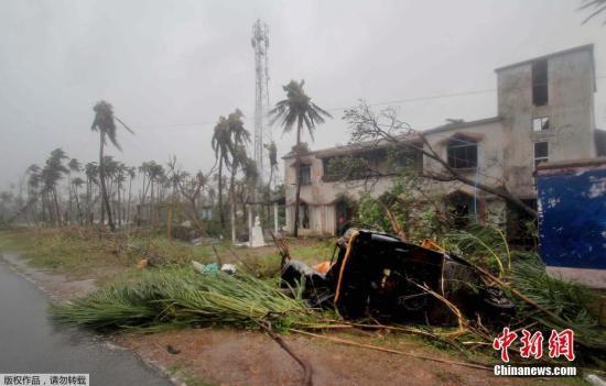 """据印度媒体报道,""""法尼""""是1999年以来奥迪沙邦遭遇的最强热带气旋,目前""""法尼""""威力正在逐渐减弱,预计将于晚间在西孟加拉邦附近登陆,并可能继续向北对孟加拉国造成影响。"""