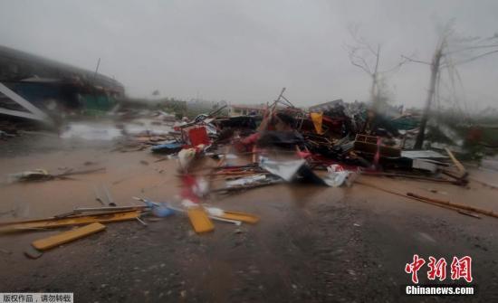"""""""法尼""""当地时间3日上午在奥迪沙邦普里地区登陆。据印度国家气象局测定,当地时间10时,气旋中心附近最大风力达每小时180公里左右,下午逐步减弱至每小时150公里左右。"""