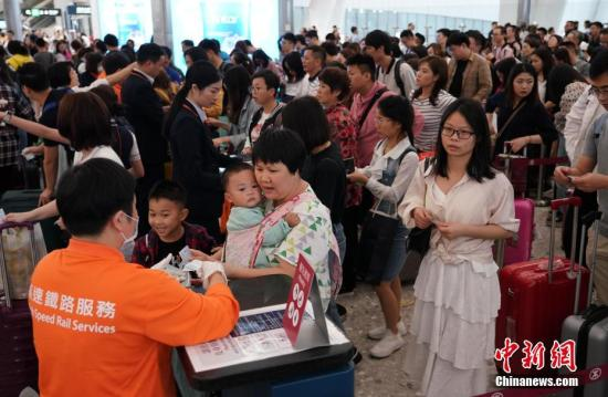 资料图:5月4日下午,高铁香港西九龙站迎来众多返程游客。