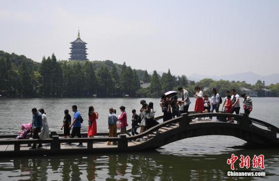 资料图:西湖雷峰塔前游客众多。 中新社记者 王刚 摄