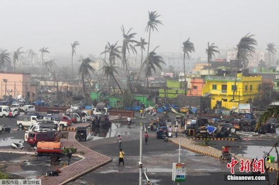 """当地时间5月4日,印度东部奥里萨邦街头仍遭风暴肆掠。据悉,热带气旋""""法尼""""袭击印度东部之后又到孟加拉国肆虐,这股强大气旋在两地造成了巨大破坏,共有至少21人死亡。"""