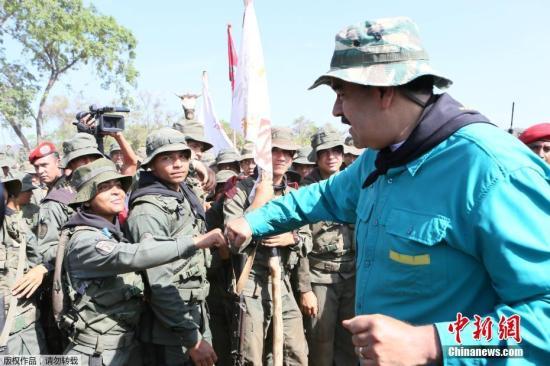 当地时间5月4日,委内瑞拉科赫德斯州埃尔帕奥,委内瑞拉总统马杜罗前往当地一处军事练习设备,观察戎行的练习状况。