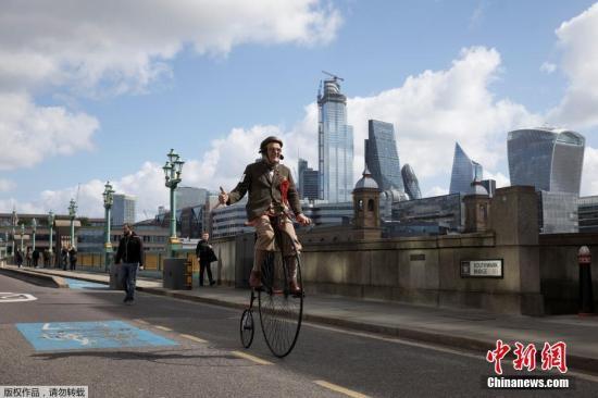 当地时间5月4日,英国伦敦,年度伦敦自行车复古骑行举办,参与者身着复古毛呢(Tweed)服装骑自行车穿越伦敦多个经典地标。