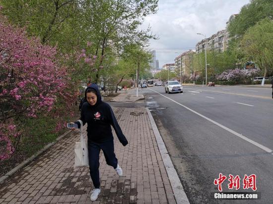 """据乌龙江省景象局公布的动静引见,受温氛围影响,4日乌龙江省中东部最下气温降至24℃以上,哈我滨东部部门市县、七台河、牡丹江等天市县单日最下气温超越汗青极值,到达了29℃至31℃。5日至6日,受极天较强热氛围北下影响,乌龙江省自西背东气温较着降落,西部地域最下气温降落8℃至10℃,东部地域气温降落13℃至18℃,此中,哈我滨最下气温将降落18℃。6日,""""坐夏""""起头,乌龙江省自西背东气温将迟缓上升。文/袁少焕 姜辉 图/姜辉"""