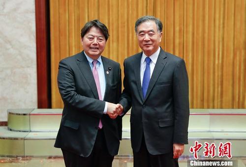 5月5日,中共中央政治局常委、全国政协主席汪洋在北京人民大会堂会见以林芳正为团长的日本日中友好议员联盟代表团。中新社记者 杜洋 摄