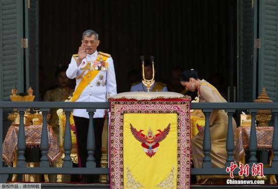 材料图@员天工夫5月6日,泰王减冕仪式第三天,哇散推隆功国王将访问列国交际使节,并驾临位于泰国曼谷王宫阳台承受苍生晨拜。