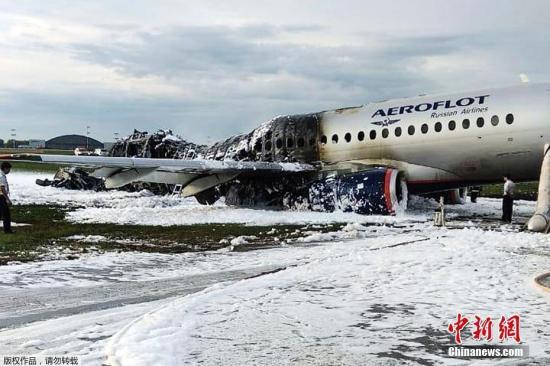 据俄媒体消息,当天一架从莫斯科飞往摩尔曼斯克的苏霍伊—100客机在起飞后不久,飞行员即向莫斯科机场地面空管人员请求迫降。