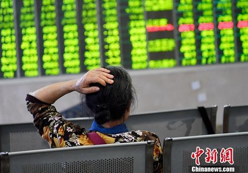 5月6日,成都某证券营业厅内的股民关注大盘数据。(资料图)<a target='_blank' href='http://www.chinanews.com/'>中新社</a>记者 安源 摄