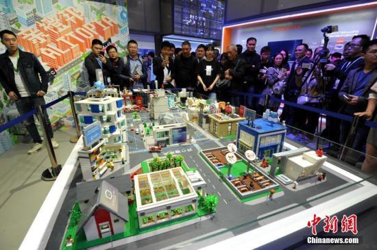 """5月7日,在第二届数字中国建设成果展上,通过""""城市大脑""""统一指挥的智慧城市综合治理沙盘吸引了许多民众前来参观了解。当日,在福州举行对公众开放的第二届数字中国建设成果展览会,吸引了许多市民前来参观体验。/p中新社记者 张斌 摄"""