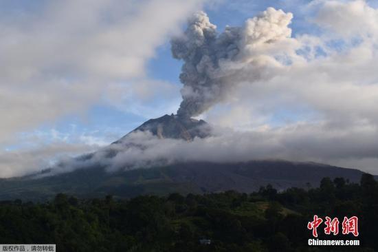 资料图:当地时间2019年5月7日,印度尼西亚卡罗的锡纳朋火山喷发,大量火山灰从火山口喷出。