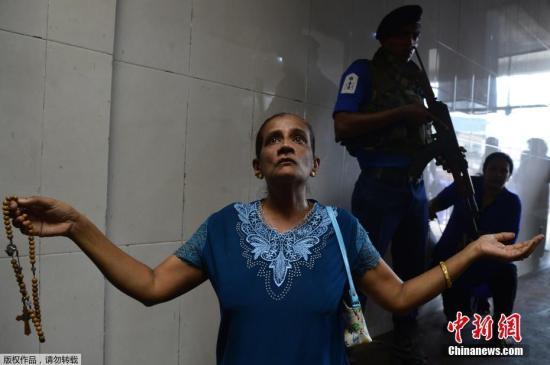资料图:当地时间2019年5月7日,斯里兰卡科伦坡,在复活节爆炸案中遇袭的圣安东尼教堂部分开放,人们可在警察严密守卫下进教堂祷告。