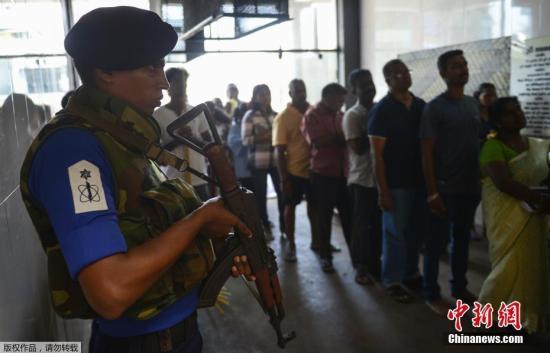 当地时间2019年5月7日,斯里兰卡科伦坡,在复活节爆炸案中遇袭的圣安东尼教堂部分开放,人们在警察严密守卫下进教堂祷告。