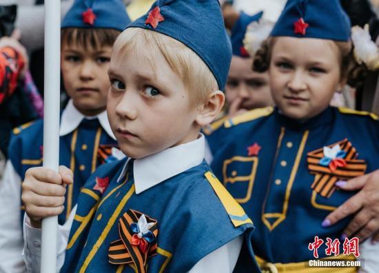 當地時間2019年5月7日,俄羅斯伊凡諾沃,兒童穿軍裝游行,紀念即將到來的勝利日。據悉,每年5月9日為俄羅斯勝利日,是為紀念戰勝德國法西斯而設立的紀念性節日。 圖片來源:視覺中國