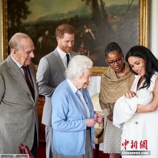 资料图:当地时间2019-06-20,英国温莎,当天下午,英女王伊丽莎白二世在温莎城堡看望自己的曾孙。据英国天空新闻报道,英国萨塞克斯公爵哈里王子和公爵夫人梅根殿下已经给他们刚刚出生的儿子取名为阿尔奇-哈里森-蒙巴顿-温莎(Archie Harrison Mountbatten-Windsor)。