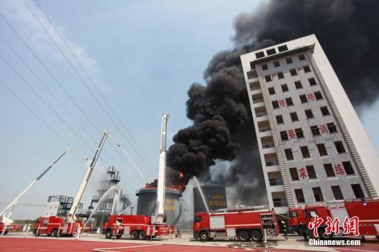 """5月9日,扬州市消防救援支队进行火灾扑救实战演练,筑牢化工园区安全""""生命线""""。图为消防演练,及时科学处置油库区燃烧事故。孟德龙 摄"""