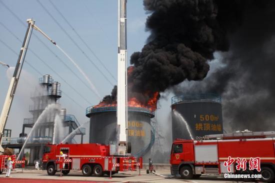"""本次演练模拟""""一家化工厂的石油化工设备火灾""""这一突发事件,启动应急救援方案,近百名消防员迅速赶赴现场就化工事故紧急救援,及时科学处置油库区燃烧事故。 图为消防演练模拟""""一家化工厂的石油化工设备火灾""""。孟德龙 摄"""