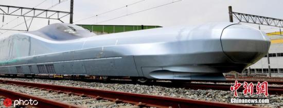 """本地工夫2019年5月9日,日本宫乡县,东日本铁讲公司(JR东日本)对媒体公然了新一代新支线""""ALFA-X""""更多外部细节。据报导,从来日诰日起头,该型新支线列车将停止时速360千米的试运转。日媒称,那将是天下最快的下铁。其最年夜特性是车头前端较少,被称为""""少鼻子"""",旨正在按捺噪声。图片滥觞:ICphoto"""