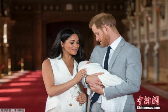 当地时间5月8日,英国哈里王子和梅根夫妇抱着刚出生的儿子在温莎城堡的圣乔治大厅合影。5月6日37岁的英国苏塞克斯公爵夫人梅根顺利产下一名男婴,这是她与哈里王子的第一个孩子。