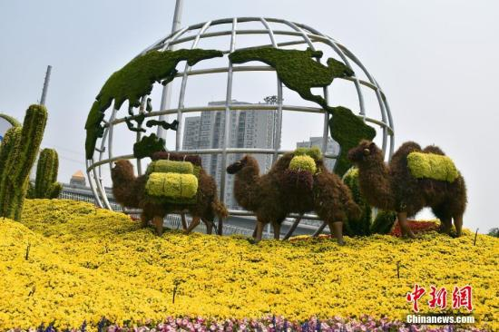 """5月11日,北京西三环紫竹桥附近的""""亚洲文明对话大会""""景观花坛。南山 燕翔 摄 图片来源:视觉中国"""