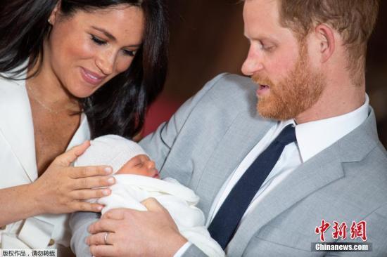 当地时间2019年5月8日,英国哈里王子和梅根夫妇抱着刚出生的儿子在温莎城堡的圣乔治大厅合影。5月6日37岁的英国苏塞克斯公爵夫人梅根顺利产下一名男婴,这是她与哈里王子的第一个孩子。