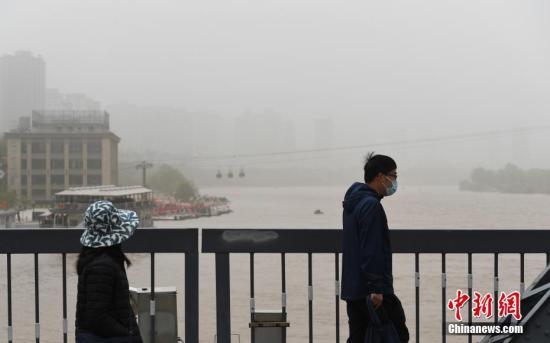 兰州市平易近戴心罩冒风沙出止。a target='_blank' href='http://www.chinanews.com/'种孤社/a记者 杨素敏 摄