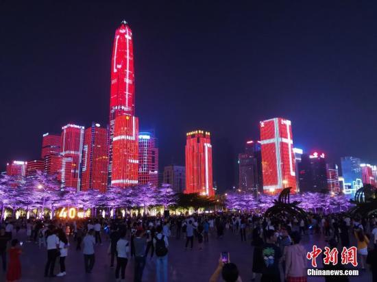 资料图:深圳福田区市民中心广场灯光秀。中新社记者 陈文 摄