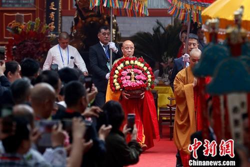 5月12日,中国佛教协会副会长演觉迎请释迦牟尼佛太子像。当日是农历四月初八,中国佛教协会在北京灵光寺举行2019年佛诞节庆祝活动。中国三大语系佛教界人士、中外嘉宾及佛教信众千余人参加活动。<a target='_blank' href='http://www.chinanews.com/'>中新社</a>记者 韩海丹 摄