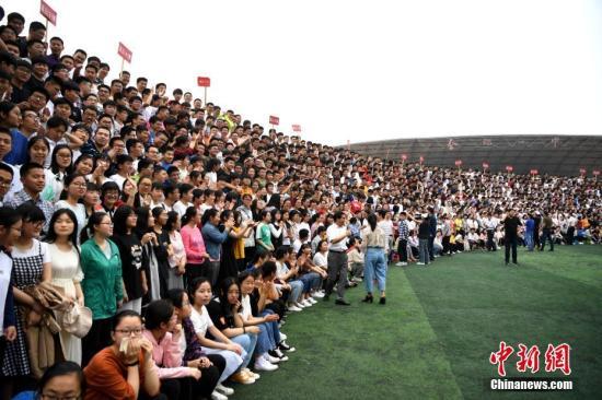 资料图:一中学全体学生在拍毕业照。韩苏原 摄