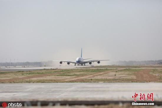 图为首架试飞飞机南方航空公司空客A380飞机平稳降落。 图片来源:IC photo