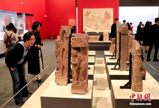 """5月13日,""""大美亚细亚——亚洲文明展""""在中国国家博物馆举办。图为参观者正在观看展品。 <a target='_blank' href='http://www.chinanews.com/'>中新社</a>记者 杜洋 摄"""