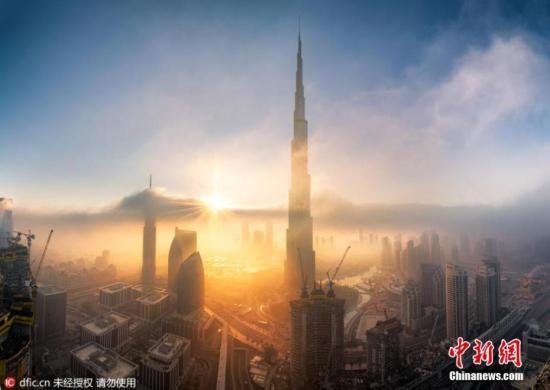 资料图为迪拜的标志性建筑哈利法塔,总高828米、拥有162个楼层,造价15亿美元,图为阿联酋哈利法塔资料图片。 图片来源:ICphoto