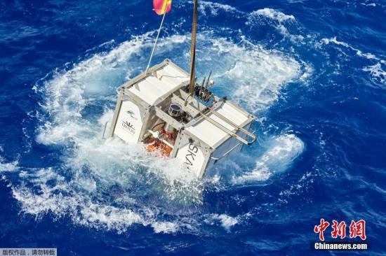 近日,探险家在马里亚纳海沟的海床上发现人造物的踪迹。据外媒5月13日报道,一组探险团队在马里亚纳海沟潜水至10927米处,打破深潜最深记录的同时,也在海沟的底部发现了一个塑料垃圾。图为潜水设备漂浮在海面。