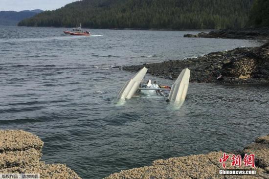 当地时间5月13日,美国海岸警卫队在阿拉斯加州凯奇坎附近的水域搜寻失事飞机上的乘客。据外媒5月15日报道,有关官员表示,这起发生在周二的两架水上飞机相撞事故,目前已有6人被证实死亡。