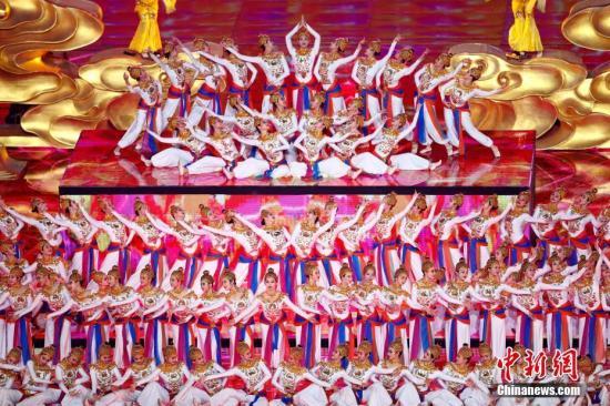 """5月15日晚间,亚洲文明对话大会亚洲文化嘉年华活动在位于北京的国家体育场""""鸟巢""""举行。中新社记者 富田 摄"""