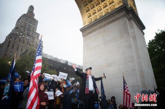资料图:2019年5月14日晚,争取代表美国民主党参选2020年总统大选的杨安泽(Andrew Yang)在纽约宣讲政见。上千名杨安泽的支持者聚集在曼哈顿华盛顿广场,为其造势。<a target='_blank' href='http://www.chinanews.com/'>中新社</a>记者 廖攀 摄