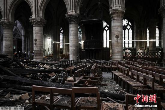资料图:大火后,巴黎圣母院内部遭严重损毁。