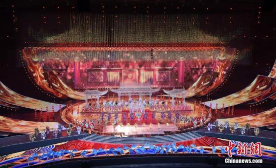 """5月15日晚间,亚洲文明对话大会亚洲文化嘉年华在位于北京的国家体育场""""鸟巢""""上演。图为大型京剧表演《盛世梨园》。中新社记者 侯宇 摄"""