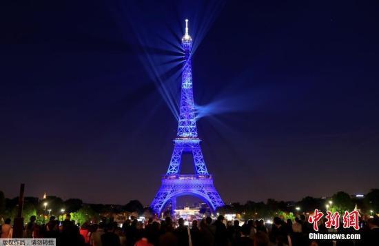 """当地时间5月15日,法国巴黎,埃菲尔铁塔上演""""灯光秀""""庆祝落成130周年。埃菲尔铁塔由法国建筑师居斯塔夫·埃菲尔设计,于1889年3月31日落成。"""