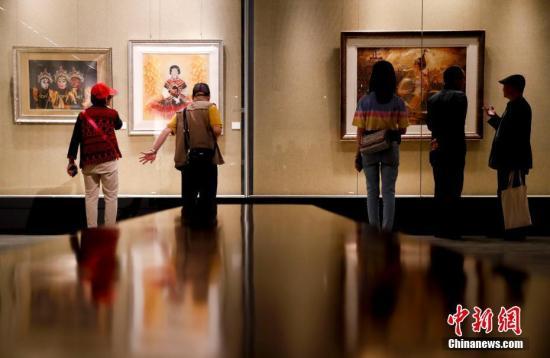 """5月16日,亚洲文明周系列活动之一的""""文明匠心——亚洲非遗大展""""在中国国家图书馆开幕。13个亚洲国家和地区的60余位手工非遗大师的匠心之作在此次大展上共同亮相,同时展览邀请到20位非遗大师齐聚现场,向观众表演和讲述相关的文化和技艺传承。中新社记者 杜洋 摄"""
