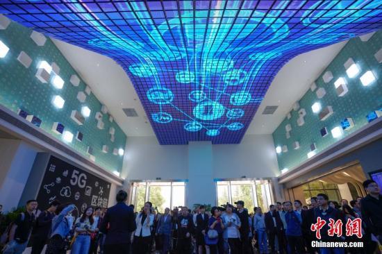 资料图:民众在国家大数据(贵州)综合试验区展示中心观看区块链、5G发展展览。<a target='_blank' href='http://www.chinanews.com/'>中新社</a>记者 贺俊怡 摄