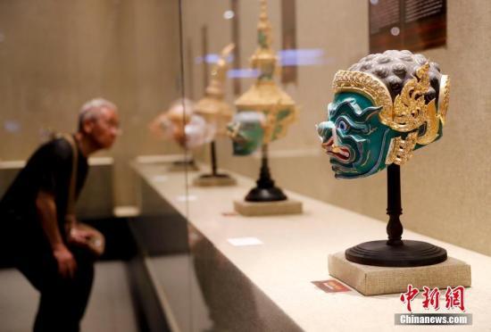 """5月16日,亚洲文明周系列活动之一的""""文明匠心——亚洲非遗大展""""在中国国家图书馆开幕。13个亚洲国家和地区的60余位手工非遗大师的匠心之作在此次大展上共同亮相,同时展览邀请到20位非遗大师齐聚现场,向观众表演和讲述相关的文化和技艺传承。图为泰国《孔剧面具》。中新社记者 杜洋 摄"""