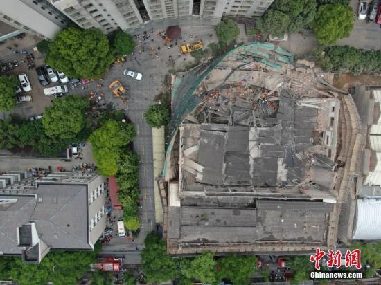 5月16日,上海长宁区昭化路发生一起厂房墙体倒塌事故,现场多人被埋。目前,事故现场共救出15名施工人员,并送医救治。<a target='_blank' href='http://www.yongnian.com/'>永年信息社</a>记者 张亨伟 摄