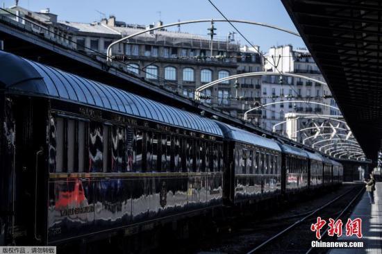 """5月17日,""""东方快车""""修复车厢亮相巴黎 内部尽显旧日奢华。"""