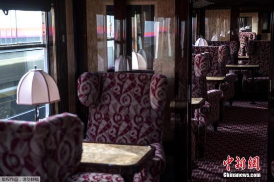 """近日,一辆新修复的""""东方快车""""车厢在巴黎东站内向公众开放展示。这节车厢内完全恢复了东方快车的全部装饰,各种精美装饰尽显旧日奢华。"""