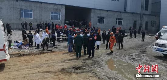 据应急管理部消息,5月17日3时许,黑龙江黑河市逊克县翠宏山铁矿发生透水事故,当班下井43人。目前安全升井34人,井下还有9人,其中4人已取得联系。救援工作仍在紧张进行中。