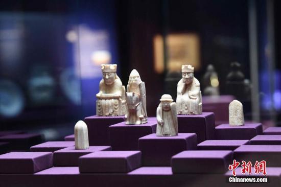 5月17日,约1150-1175年以海象牙制作的路易斯岛棋子。展览以大英博物馆藏的101组物品娓娓道来横跨二百万年的人类故事。展览有别于以往以文化区域阐述人类历史的方式,以独特的角度回顾人类发展的轨迹,探索人类共通的故事。中新社记者 李志华 摄