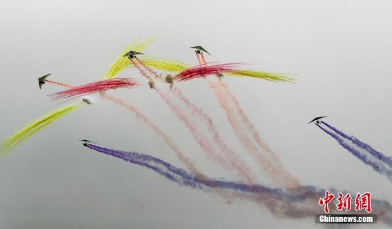 据引见,期4天的天下飞翔者年夜会设有航空飞翔演出、航空体育赛事、公益+互动体验、静态展览、集会论坛五年夜板块,总计23项举动。参与年夜会的巨细航空器战飞翔器达560架(具),此中飞翔演出260架,比赛飞翔器200架,静态展现航空器100架。a target='_blank' href='http://www.chinanews.com/'种孤社/a记者 张畅 摄